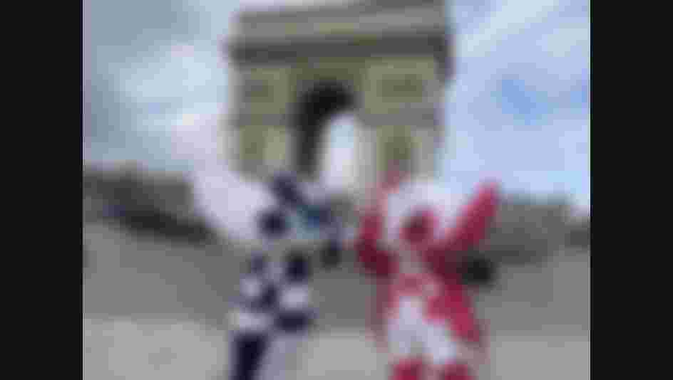 Miraitowa and Someity stopped for a photo in front of the Arc de Triomphe