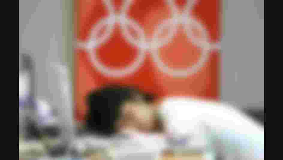 ATHENS, GREECE - AUGUST 14:    Feature / Stadt: Olympische Spiele Athen 2004, Athen; Ein Japanischer Journalist schlaeft auf seinem Computer im Main-Press-Center (MPC) 14.08.04.  (Photo by Alexander Hassenstein/Bongarts/Getty Images)